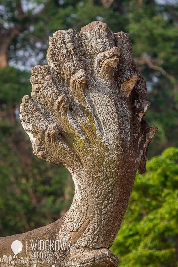 Głowa mitycznego węża naga na początku rzeżbionej balustrady prowadzącej do Angkor Wat. © Katarzyna i Marek Stor.