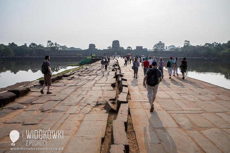 Droga przez groblę prowadząca do Angkor Wat. © Katarzyna i Marek Stor.