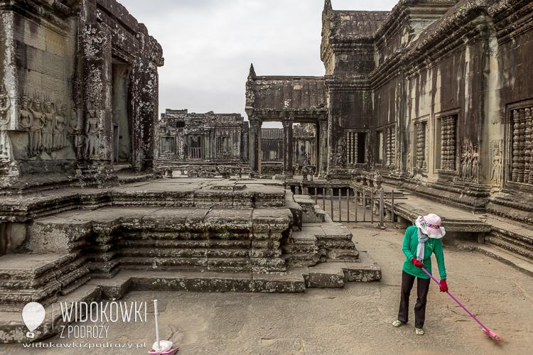 Porządki na terenie świątyni. © Katarzyna i Marek Stor.