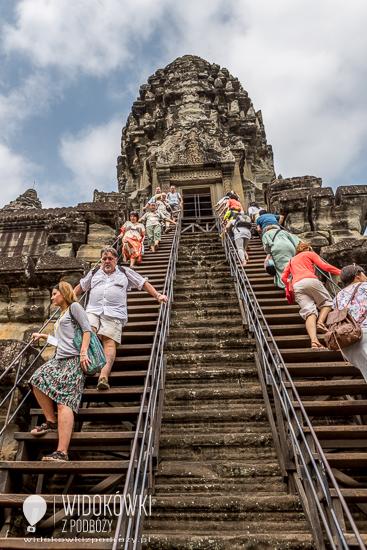 Strome schody prowadzące na trzeci taras i do świątyni. © Katarzyna i Marek Stor.