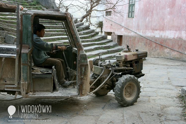 The strange tractors-like-vehicles. Guilin. Chiny.