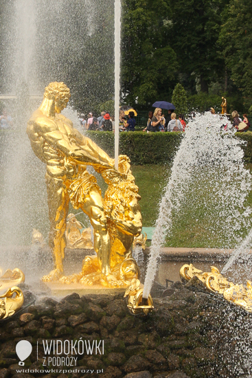 The sculpture of Samson tearing the lion's mouth. Peterhof.